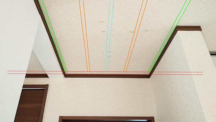 縦方向天井下地位置イメージを天井写真に描き込んだ解説用写真画像