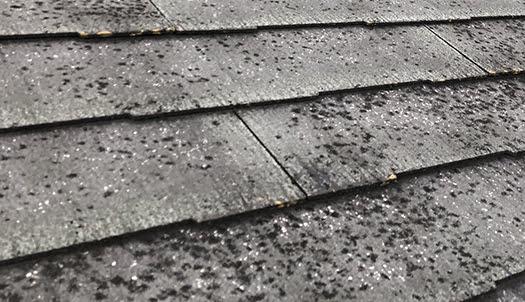 色褪せの激しいスレート屋根を撮影した写真画像