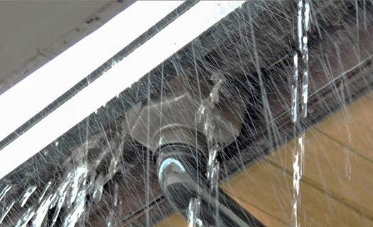 詰まった軒樋からの溢れ出す雨を撮影した写真画像(photoAC)