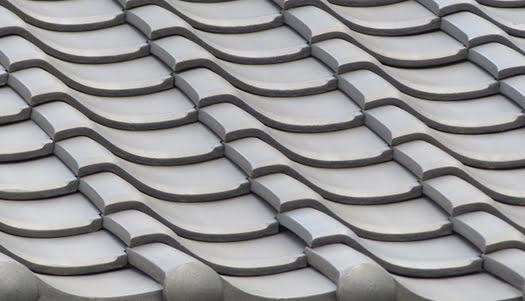 粘土系(素焼き)瓦のイメージ:いぶし瓦を撮影した写真画像(PhotoACより)