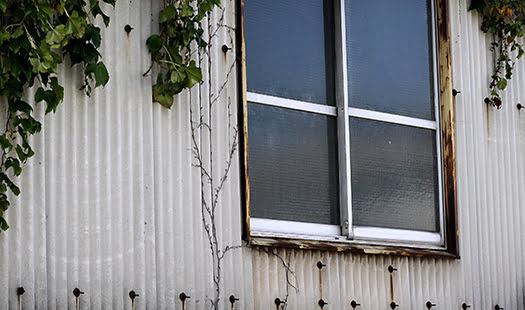 古めの工場の外壁:繊維強化セメント板と思われる波板を撮影した写真画像