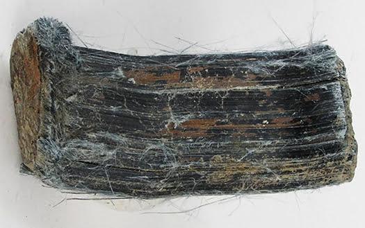 青石綿(クロシドライト)鉱物の見た目写真画像 Rob Lavinsky, iRocks.com – CC-BY-SA-3.0, CC BY-SA 3.0 https://creativecommons.org/licenses/by-sa/3.0, via Wikimedia Commons
