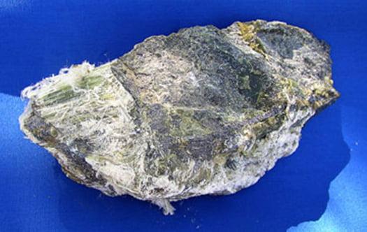 白石綿(クリソタイル)鉱物の見た目:写真画像 Unknown author, Public domain, via Wikimedia Commons