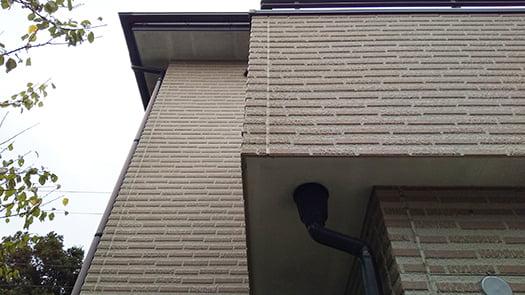 窯業系サイディングと軒裏を撮影した写真画像