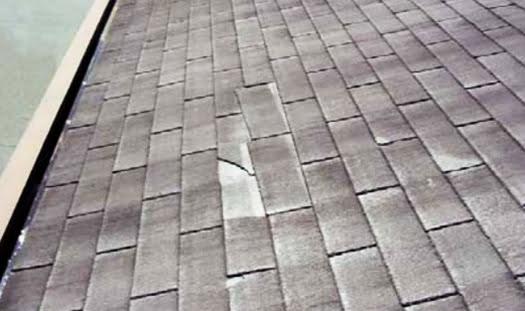 挿絵:強度不測のスレート屋根のイメージ写真 (国交省:目で見るアスベスト 第二版より引用)