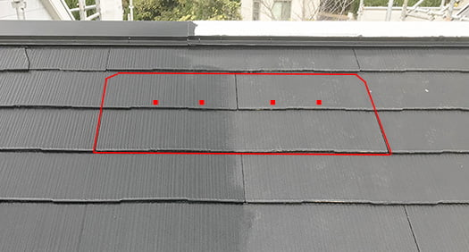 スレート屋根材の重なり具合を図示した解説用コメント入り写真画像