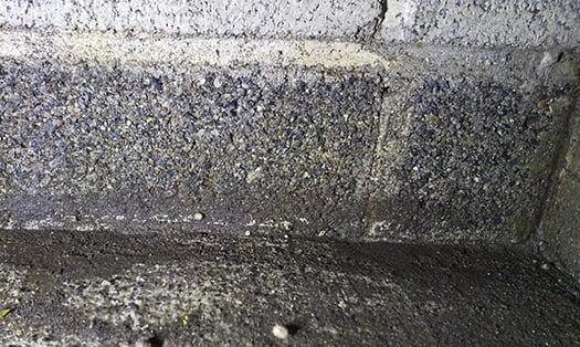 シロアリ被害箇所廻り:基礎脇の土間コン~CB面の取合いを撮影した写真画像