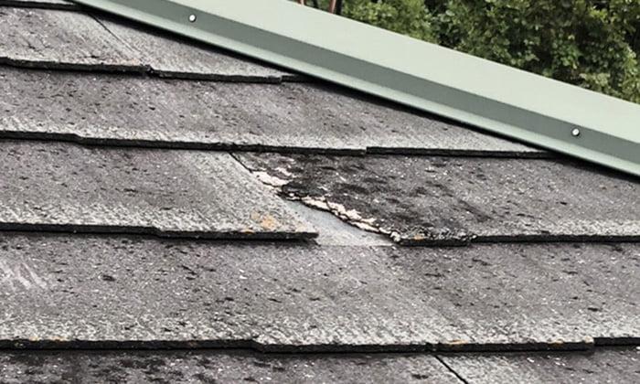 実家のスレート屋根の劣化箇所を撮影した前写真画像2の劣化部分拡大