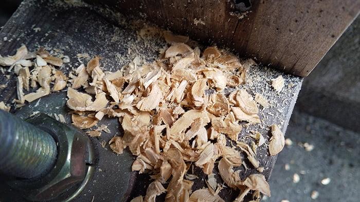 シロアリ被害箇所直上の土台上の穿孔直後のオガ屑を撮影した写真画像