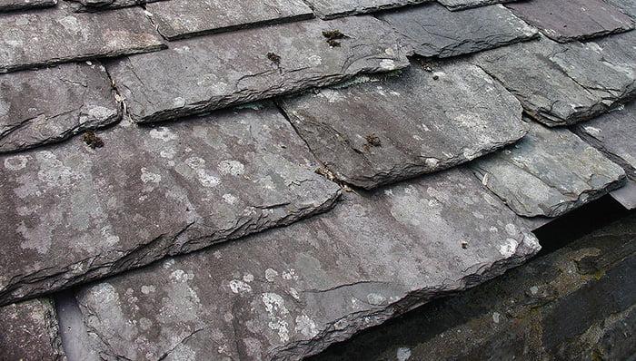 天然スレート屋根1:Wikipediaさんから引用した写真画像 Zureks, CC BY-SA 3.0 https://creativecommons.org/licenses/by-sa/3.0, via Wikimedia Commons
