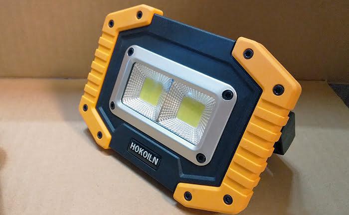 購入した100W相当の充電式LED投光器の2台セットの内の1台を撮影した写真画像
