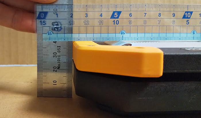 充電式LED投光器の厚みの計測をイメージさせる写真画像