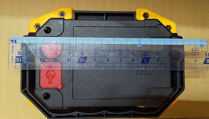 充電式LED投光器の巾の計測をイメージさせる写真画像