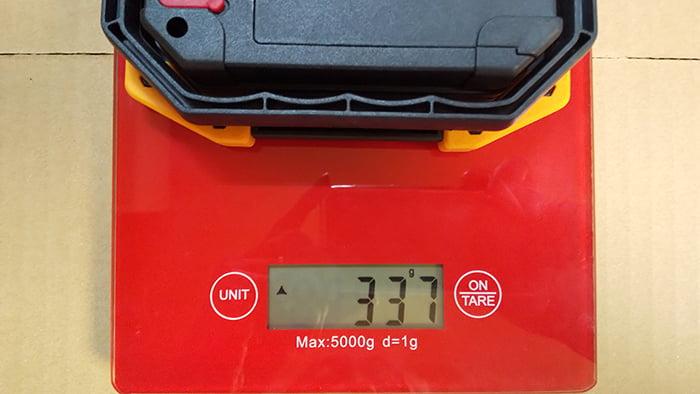 充電式LED投光器の重さの計測状況を撮影した写真画像
