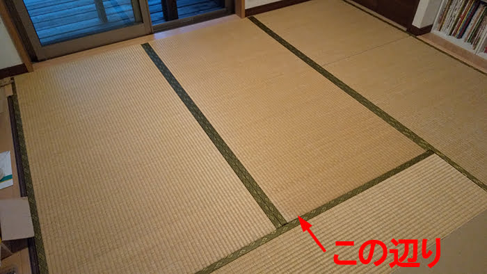 畳の外し方(畳の剥がし方)解説写真2:外そうとしている畳を撮影した写真に狙う位置を図示した写真画像①