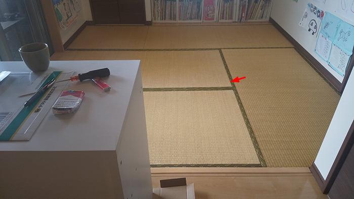 畳の外し方(畳の剥がし方)解説写真3:外そうとしている畳を、違う方向から撮影した写真に狙う位置を図示した写真画像②