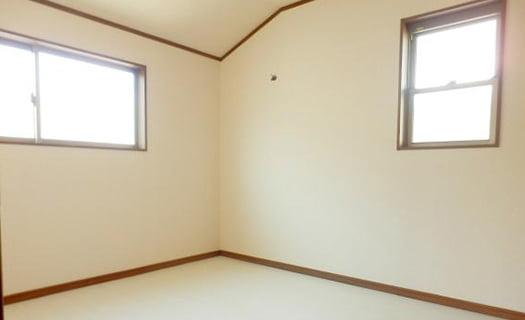 筆者の建売マイホームの陳腐な二か所の腰窓を撮影した写真画像