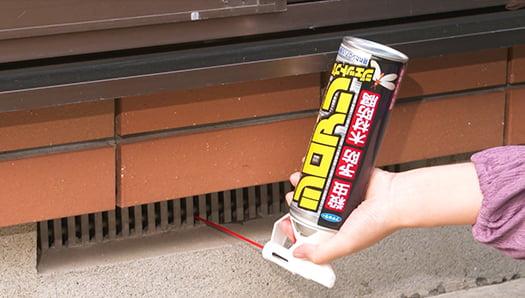 シロアリ駆除剤:シロアリジェットプロのフマキラーさんのYOUTUBEのスクリーンショット3 (床下換気口内へ隙間ノズルを使っての逆さ噴射場面)