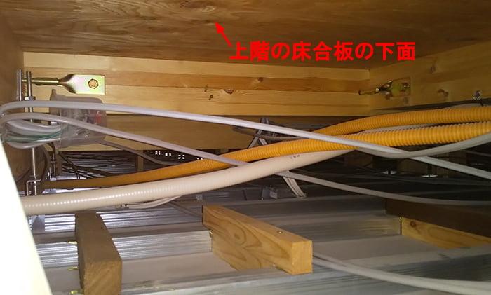 別の2F建て木造の1F天井裏を撮影した写真画像 ※天井裏と屋根裏の違い、屋根裏と小屋裏の違い、天井裏と小屋裏の違い解説用画像4