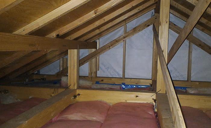 筆者の建売マイホームの最上階天井裏(小屋裏)を撮影した写真画像