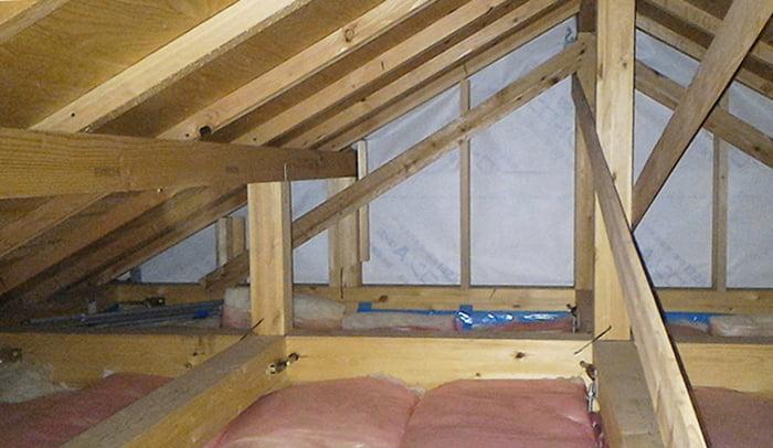 筆者の建売マイホームの小屋裏を撮影した写真画像 ※天井裏と屋根裏の違い、屋根裏と小屋裏の違い、天井裏と小屋裏の違い解説用画像8