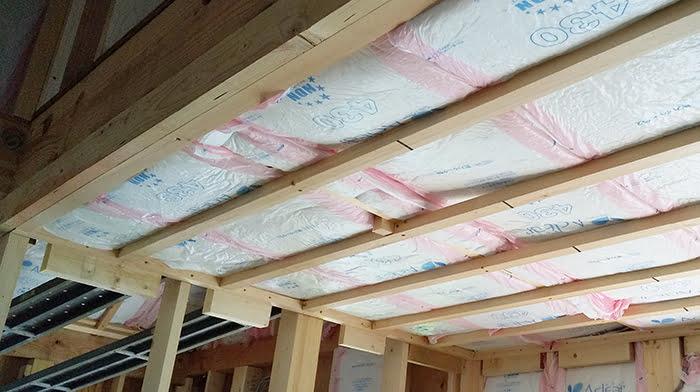 木造の天井断熱例(工事中)を撮影した写真画像