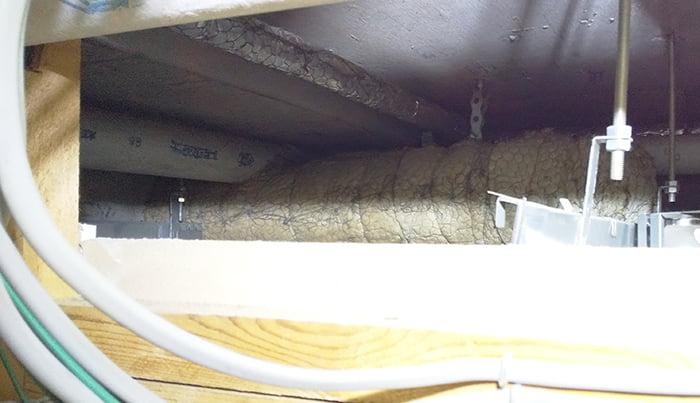 別の4F建てRC造の2F天井裏を撮影した写真画像 ※天井裏と屋根裏の違い、屋根裏と小屋裏の違い、天井裏と小屋裏の違い解説用画像2