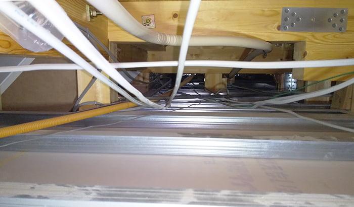 筆者の建売マイホームの1F天井裏を撮影した写真画像 ※天井裏と屋根裏の違い、屋根裏と小屋裏の違い、天井裏と小屋裏の違い解説用画像11