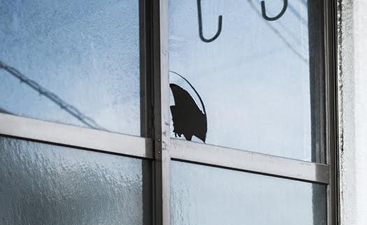 ガラス破りによる掃き出し窓の被害例を撮影した写真画像(photoACさんより)