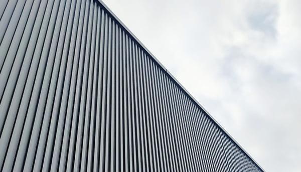 挿絵:聳え立つ壁の写真画像 ※境界付近に新たな壁を立てる外観リフォームをイメージさせる画像