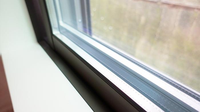 挿絵:腰窓に入れられたペアガラスを撮影した写真画像