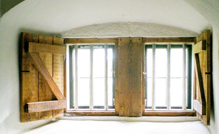 北欧のとある開口部(腰窓)を撮影した写真画像