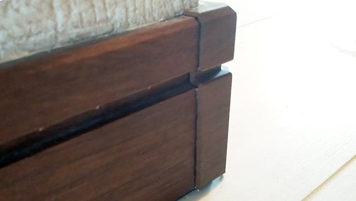 巾木コーナーキャップの補修完了後を撮影した写真画像3 ※反対側 (巾木コーナーキャップと巾木に隙間がないことを確認)