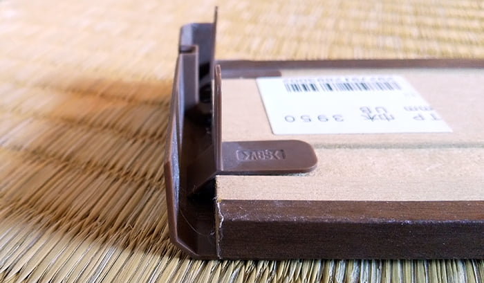 住林クレスト「ベリッシュ」の巾木に 巾木コーナーキャップを嵌めた状態2(下側よりを撮影した写真画像) ※巾木コーナーキャップの構造解説用4