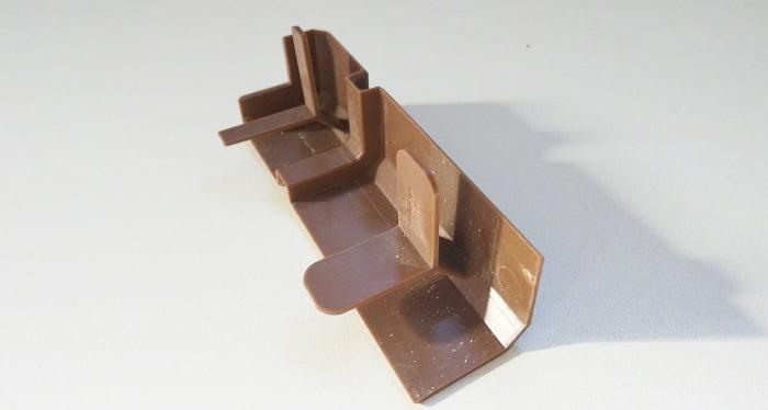 筆者の建売マイホームの巾木コーナーキャップ形状(破損していない状態)を撮影した写真画像2 ※巾木コーナーキャップ形状解説用2