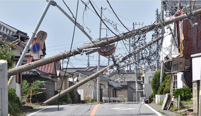 千葉日報さんサイトから引用させて頂いている電柱倒壊の様子の写真画像