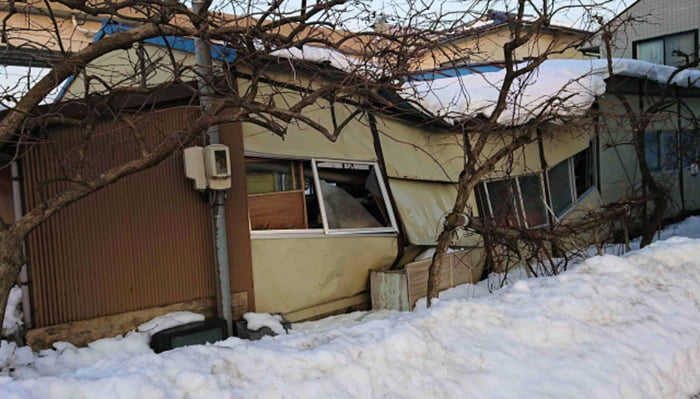 挿絵:雪災で倒壊しかけている建物を撮影した写真画像 ※雪災による損傷であれば火災保険でのリフォームや修繕が可能