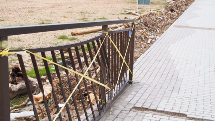 挿絵:おそらく高潮だと思われるフェンスの損傷を撮影した写真画像 ※風災による損傷であれば火災保険でのリフォーム(修繕)が可能