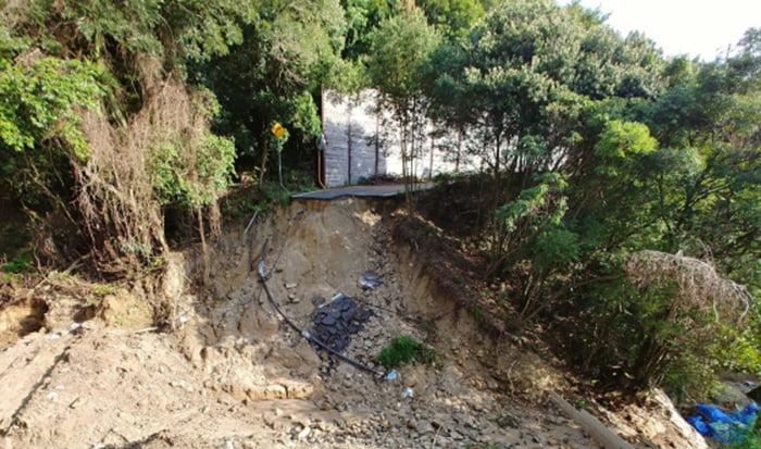 とある道路の土砂崩れ現場を撮影した写真画像 ※土砂崩れの原因により、火災保険でのリフォームや修繕可否の判断が分かれる例