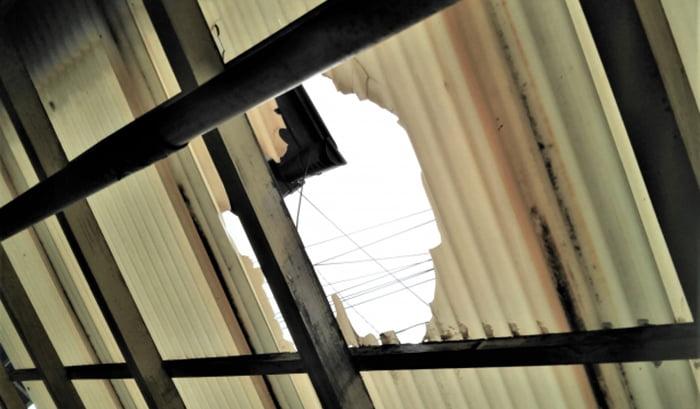 挿絵:飛来物より空いてしまった波板の穴を撮影した写真画像 (火災保険でのリフォーム(修繕)ができる例)