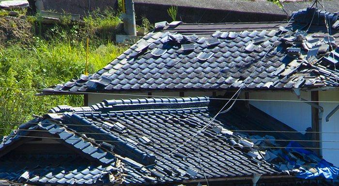 挿絵:とある被災地の損傷の激しい屋根瓦を撮影した写真画像 (火災保険でのリフォームや修繕ができる例)