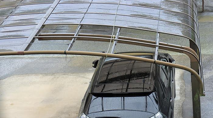 挿絵:強風で剥がれたものと思われるカーポート屋根を撮影した写真画像 (火災保険でのリフォームや修繕ができる例)
