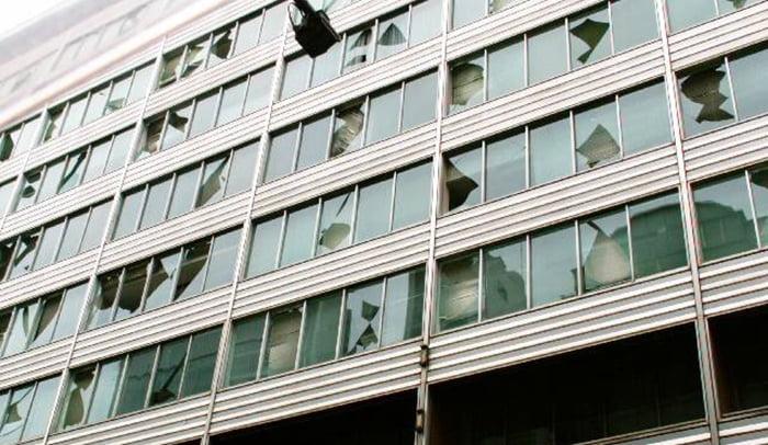 挿絵:ガラスの損傷が激しいとあるビルを撮影した写真画像 (火災保険でのリフォームや修繕ができる例)