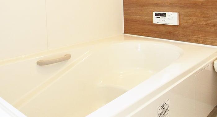 挿絵:建売を安く造るためにアウトレット品を使用している可能性のあるユニットバスの浴槽を撮影した写真画像 ※建売住宅はなぜ安いか?(安い理由)画像11