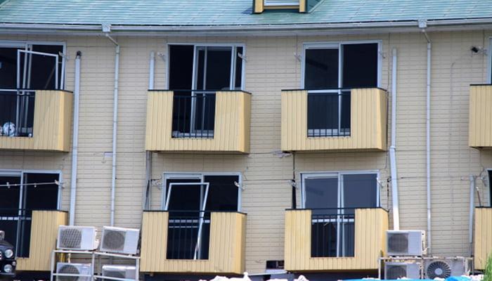 挿絵:開口部(窓)などの損傷が激しいアパートを撮影した写真画像 (火災保険でのリフォーム(修繕)ができる例)
