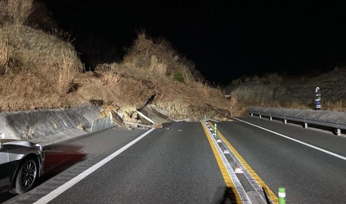 福島県沖地震の被害状況写真画像:ネクスコ東日本東北支社のツイッターより (毎日新聞さんサイトからのスクリーンショット引用)