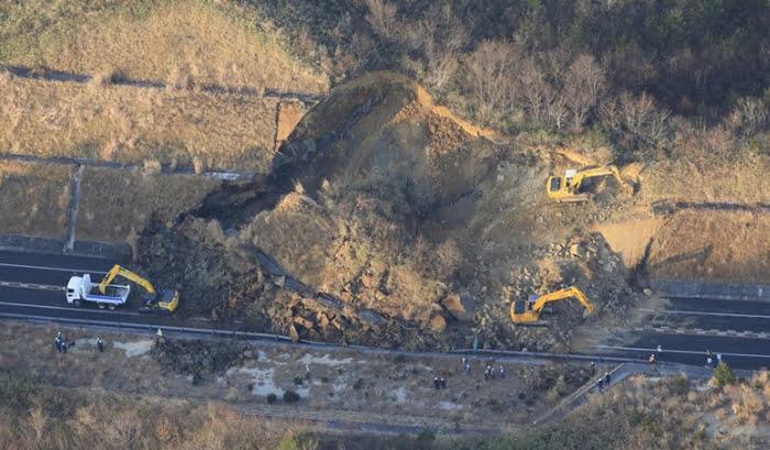 福島県沖地震の被害状況写真画像:地震でのり面が崩れ、土砂に覆われた常磐自動車道 =福島県相馬市で2021年2月14日午前7時9分、本社ヘリから (毎日新聞さんサイトからのスクリーンショット引用)