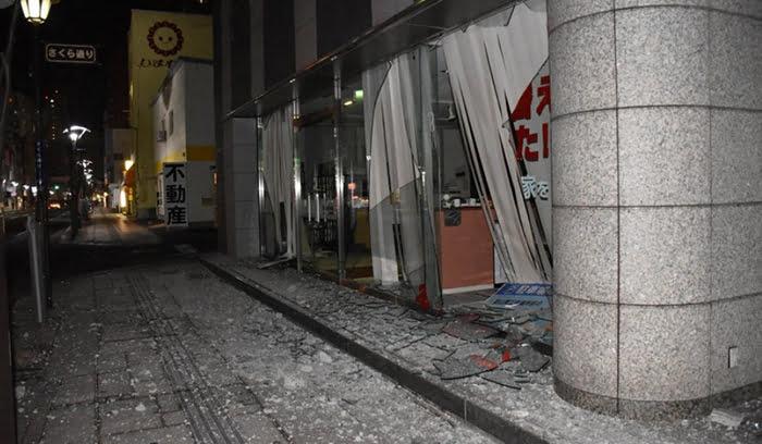 福島県沖地震の被害状況写真画像:福島市郡山市虎丸町、2021年2月14日 午前0時13分、笹子靖撮影 (毎日新聞さんサイトからのスクリーンショット引用)