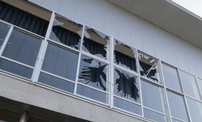 福島県沖地震の被害状況写真画像:宮城県山元町で2021年2月14日 午前9時59分、和田大典撮影 (毎日新聞さんサイトからのスクリーンショット引用)