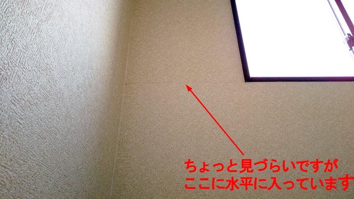 壁紙のひび割れ(壁クロスのひび割れ)を撮影したコメント入り写真画像1:遠景